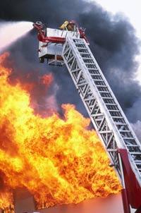 15 женщин спасались от пожара на крыше здания