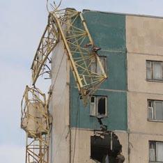 Вчера в Санкт-Петербурге произошла трагедия: многотонная металлическая конструкция башенного крана буквально разрубила 12-этажный дом с 11-го по 8-й этаж
