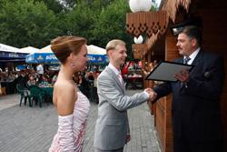 Неожиданный поворот получило празднование Холдинговой компанией «МАССИВ» Дня строителя. Выяснилось, что в одном ресторане со строителями гуляют сразу две свадьбы, а свадьба, к тому же не одна, как известно, к счастью. Руководство «МАССИВА», узнав о торжествах, решило сделать ценные подарки новобрачным, что тут же и было исполнено. Молодожены получили в дар от Холдинговой компании «МАССИВ» именные квадратные метры